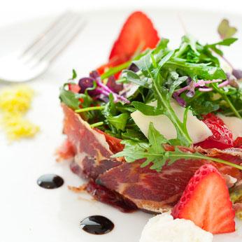 Salade met ontbijtspek en aardbeien.