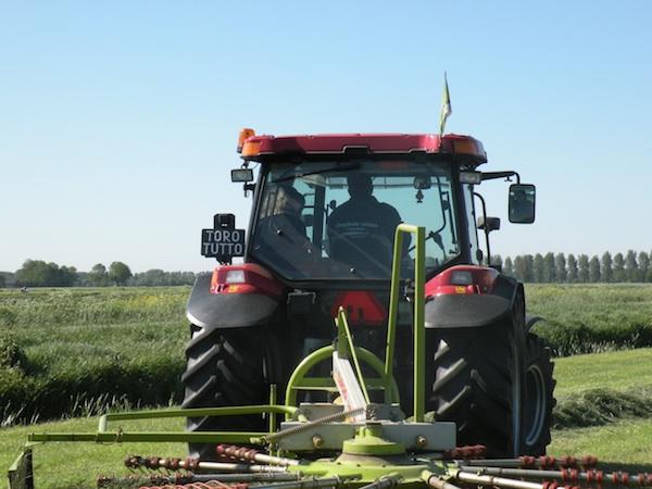Lekkernaardeboer-op-de-tractor