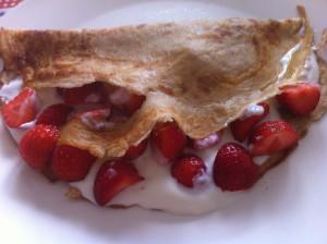 Speltpannenkoek met verse aardbeien en yoghurt