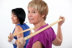 Oefening met stok voor slanke taille