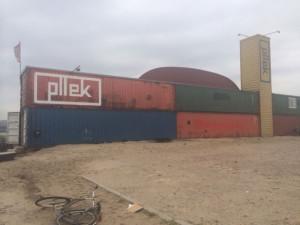 Restaurant Pllek in zeecontainers aan oevers van het IJ.