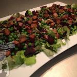 Salade met rode biet, tofu, erwtjes en tahin