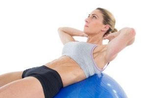 Sit-ups op een fitnessbal, oefeningen om af te vallen!