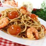 Spaghetti met garnalen en tomaten.
