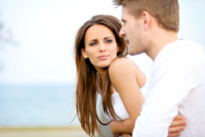 Vrouw luistert naar haar man