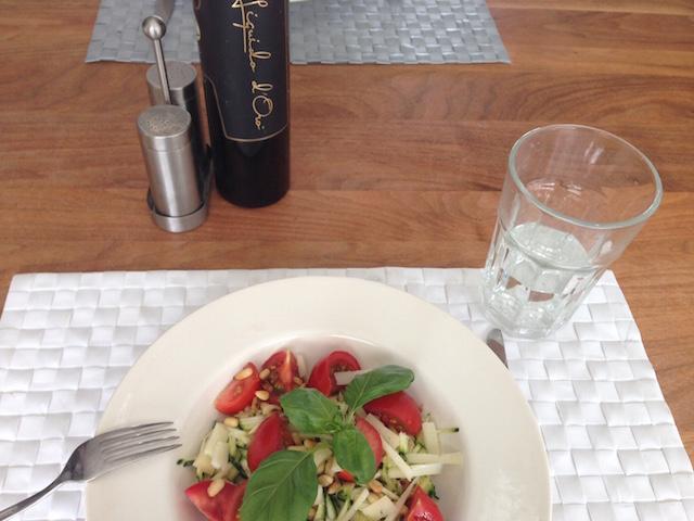 Lunch gemaakt met groentepasta, dmv courgette slierten snijden