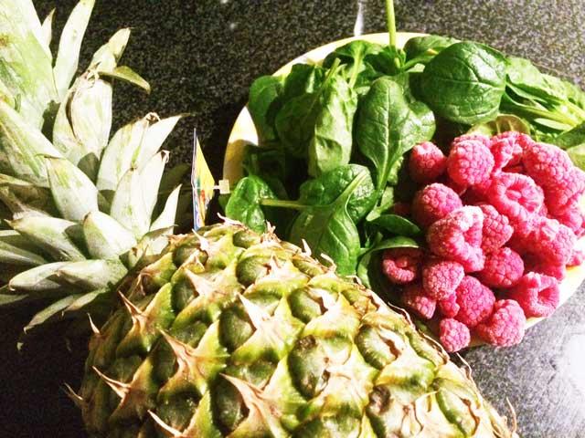 Gezonde shake met frambozen, ananas en spinazie
