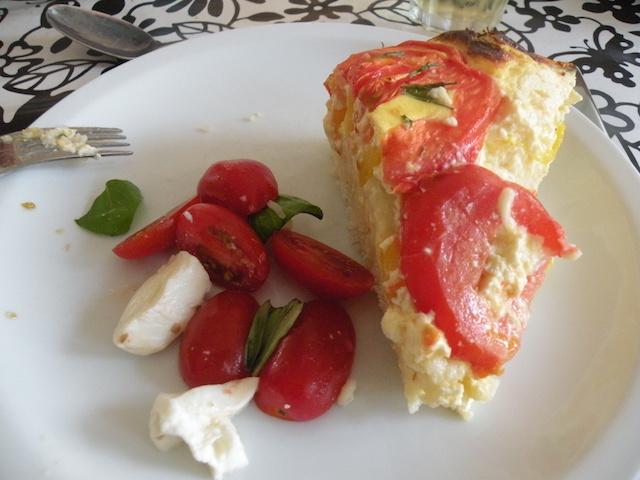 Glutenvrije hartige taart met rijst, kaas, paprika, tomaat