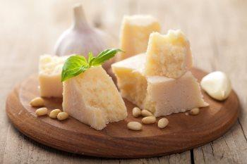 Proeverij in kaasfabriek Parma tijdens rondreis door Italie
