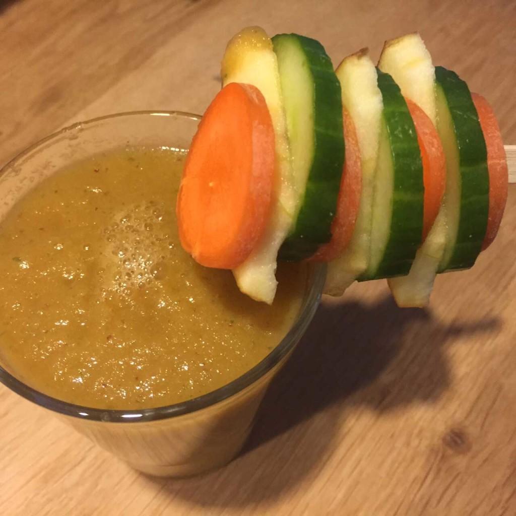 Gezonde betaalbare shake met appel, wortel en komkommer