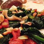 Groenten bijgerecht, met shiitakes, spinazie en tomaat