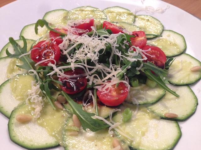 Courgettecarpaccio, met tomaatjes met avocadodressing