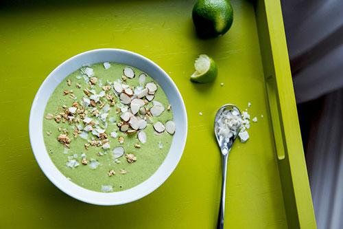 Tropische groene smoothie, recept met kokos, spinazie en munt.