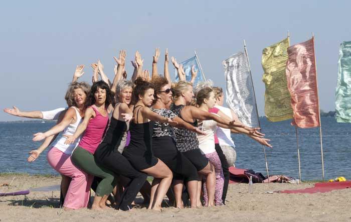 Waar vind ik yogalessen die buiten worden gegeven?