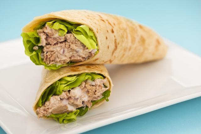 Magere tonijn wrap, met saus van Griekse Yoghurt