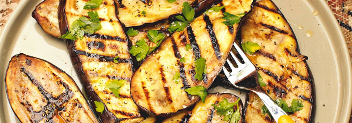 Gegrilde aubergine, lekker van de barbecue, makkelijke maaltijd op de camping