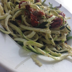 Courgettini met walnoten en pesto