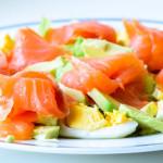 Gezonde, goed vullende salade met zalm en ei
