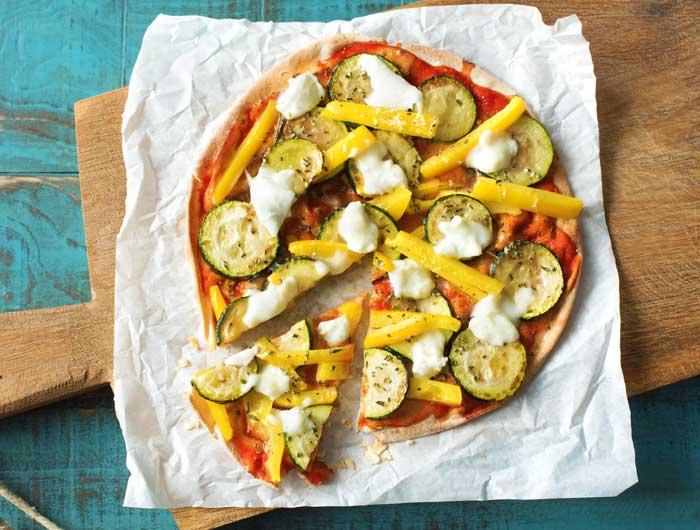 Pizza met platbrood en veel groenten. Recept kan ook gemaakt worden met een wrap.