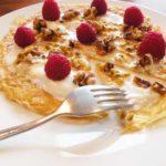 Omelet met noten, yoghurt en fruit
