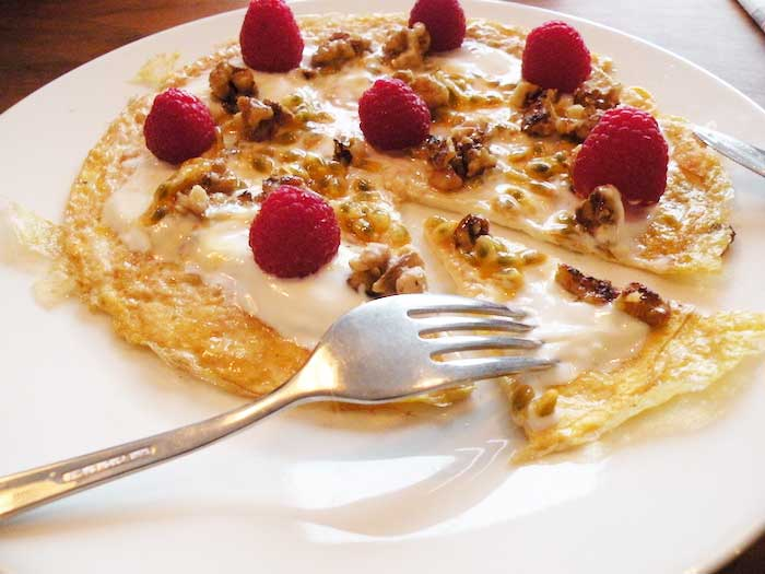 Omelet met noten, fruit en yoghurt