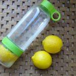Waterfles met citroen