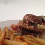 Verantwoorde junkfood: koolhydraatarme hamburger met frietjes uit de oven