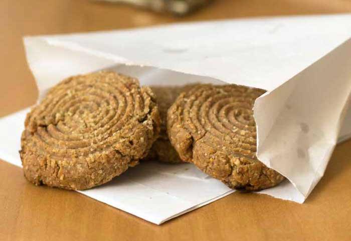 Gezonde suikervrije notenkoekjes met havermeel en notenpasta.