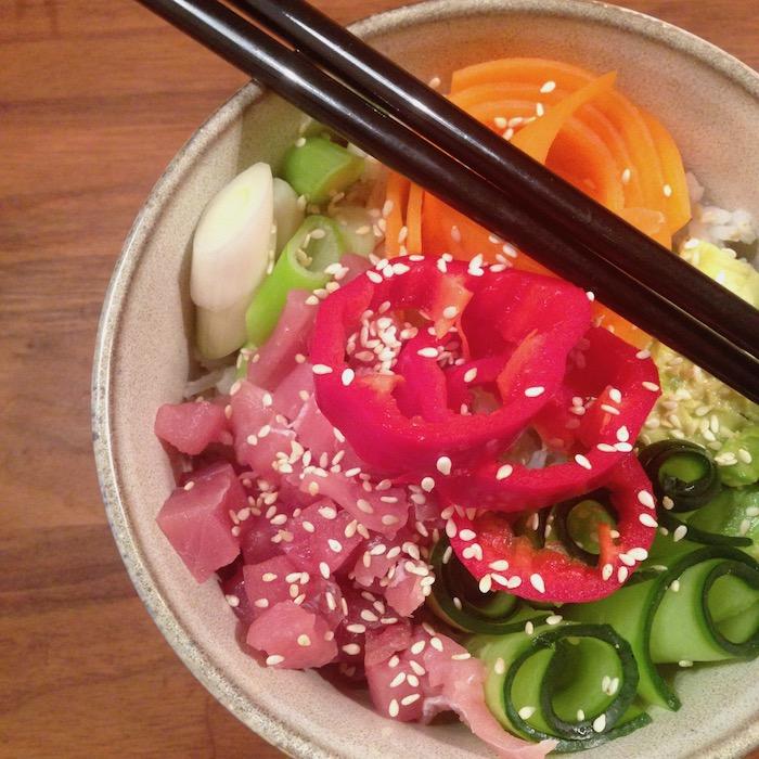 Sushi eten uit een kom