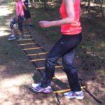 Tijdens het wandelen | oefeningen doen met een ladder (stoepkrijt kan ook)