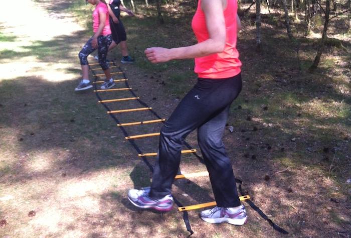Tijdens wandelingen oefeningen met laddertje (of stoepkrijt!)