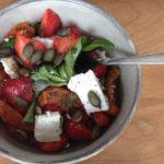 Zomerse salade met aardbeien en geitenkaas