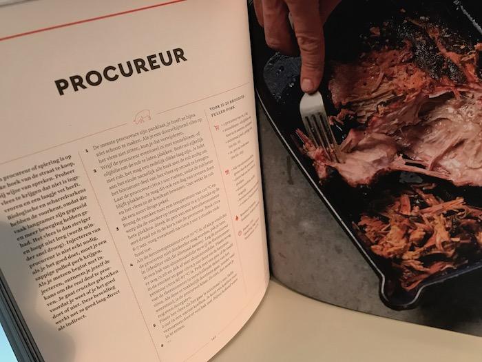 Kookboek voor iedereen die graag de barbecue aansteekt. Slowcooking op de barbecue!