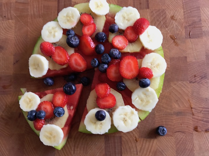 Fruit-meloen-pizza, snel gemaakt van een watermeloen en heel gezond!