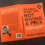 Knaloranje boek van Mark Manson. Not giving a f*ck.