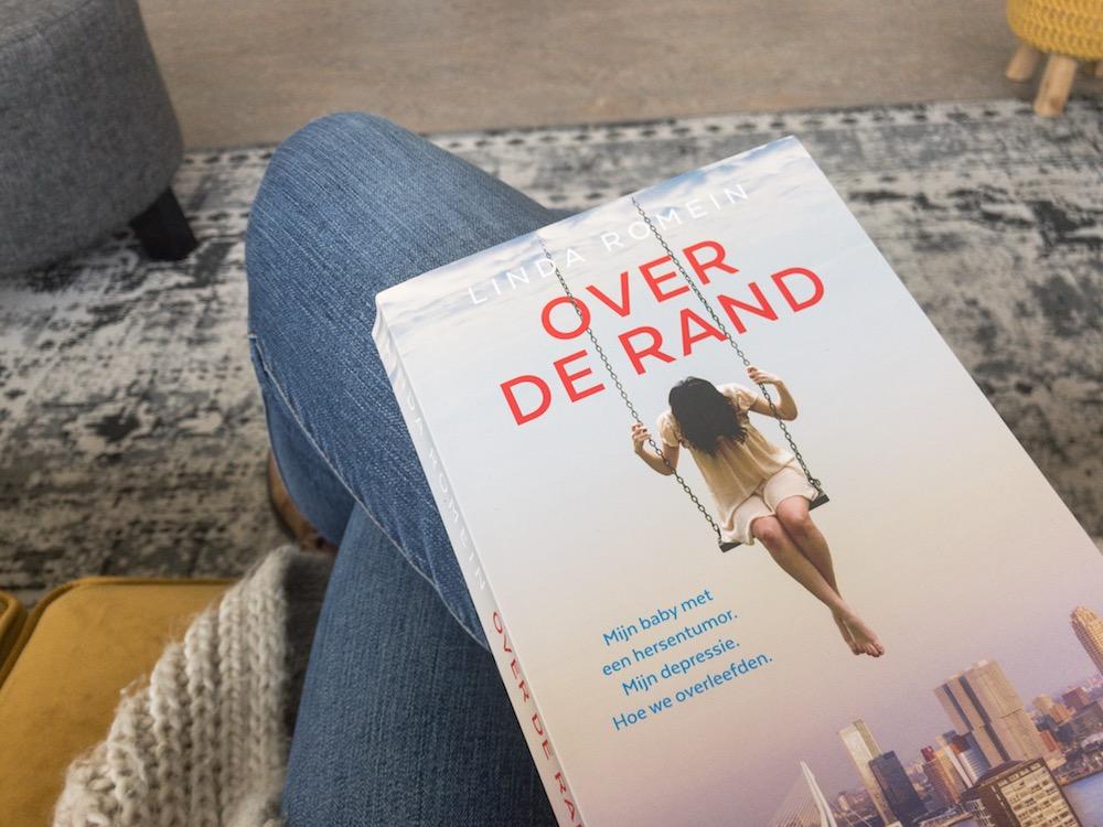 Boek Over de rand, over hoe een jonge moeder haar depressie overwint en een baby met een hersentumor heeft.