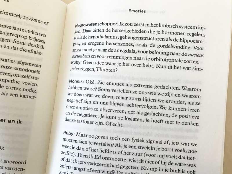 Over emoties en piekergedrag in De Mens, een Handleiding, van Ruby Wax