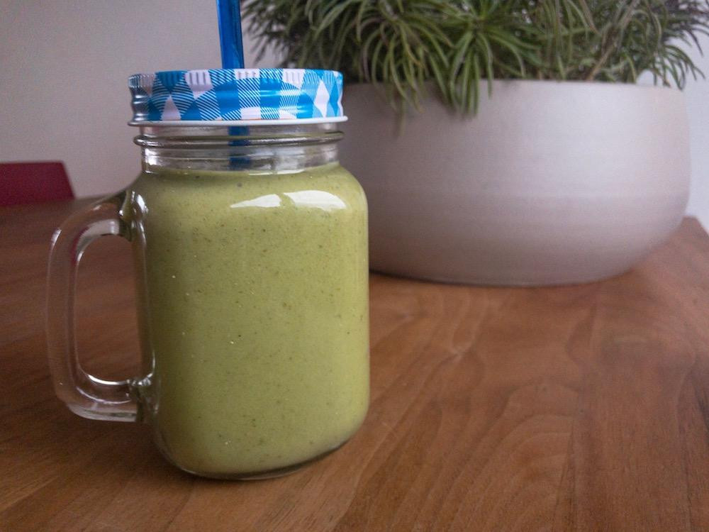 Romige groene smoothie met boerenkool, avocado en banaan