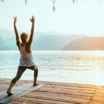 yoga op vakantie aan een meer