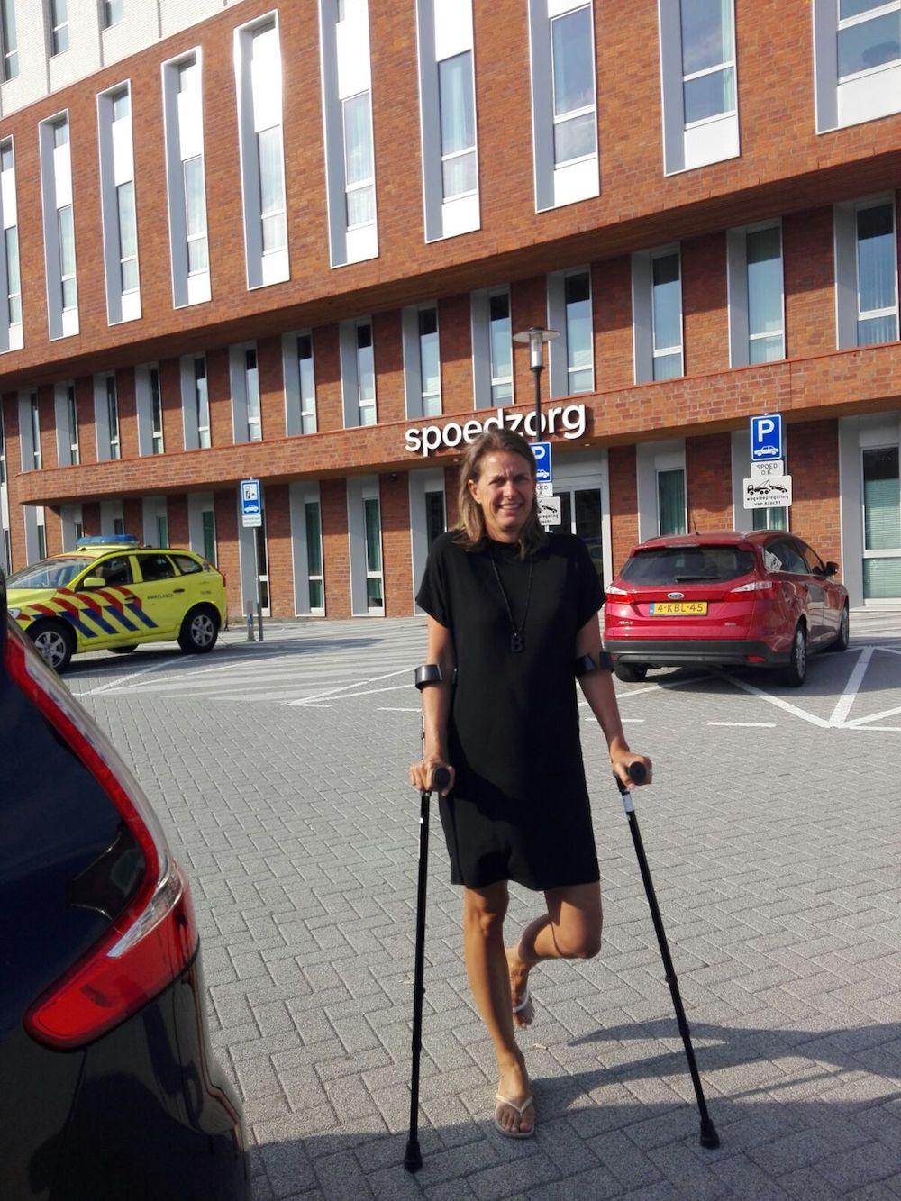 Voor het ziekenhuis met een gebroken teen.