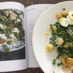 Zomerse salade met tuinerwten en aardappel