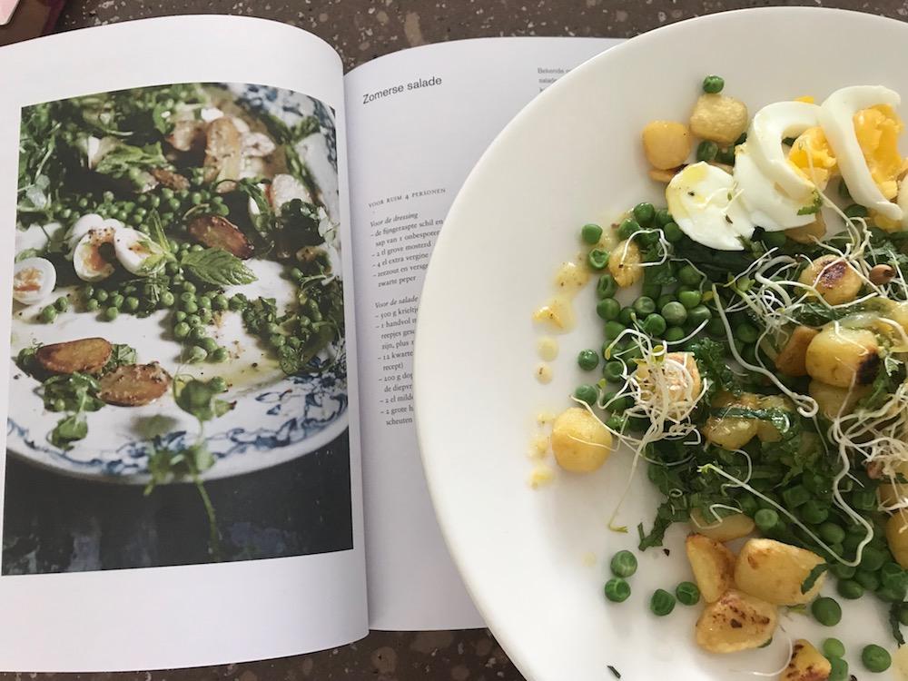 Zomerse salade met tuinerwten en aardappel uit het boek Vegalicious.
