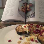 aubergine uit de oven zoals Ottolenghi het maakt met granaatappel, amandel en kerrie