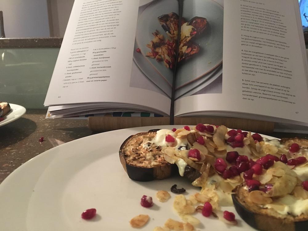 Aubergine uit de oven, een 'Simpel' recept van Ottolenghi, zijn nieuwste kookboek