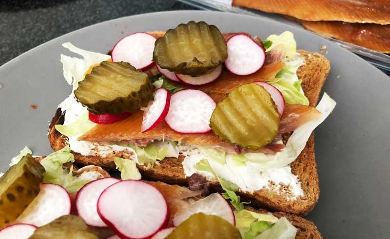 Gerookte haringfilet op geroosterd brood