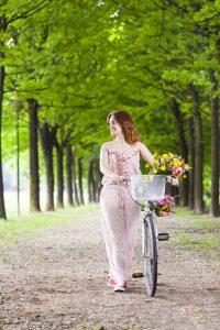 wandelen en fietsen in het park - gezond bewegen