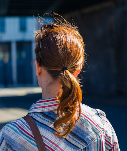 ontspannen vrouw tijdens een wandeling in de stad