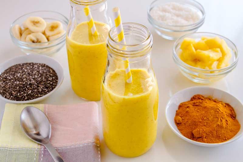 Tropische smoothie met ananas, mango en kurkuma