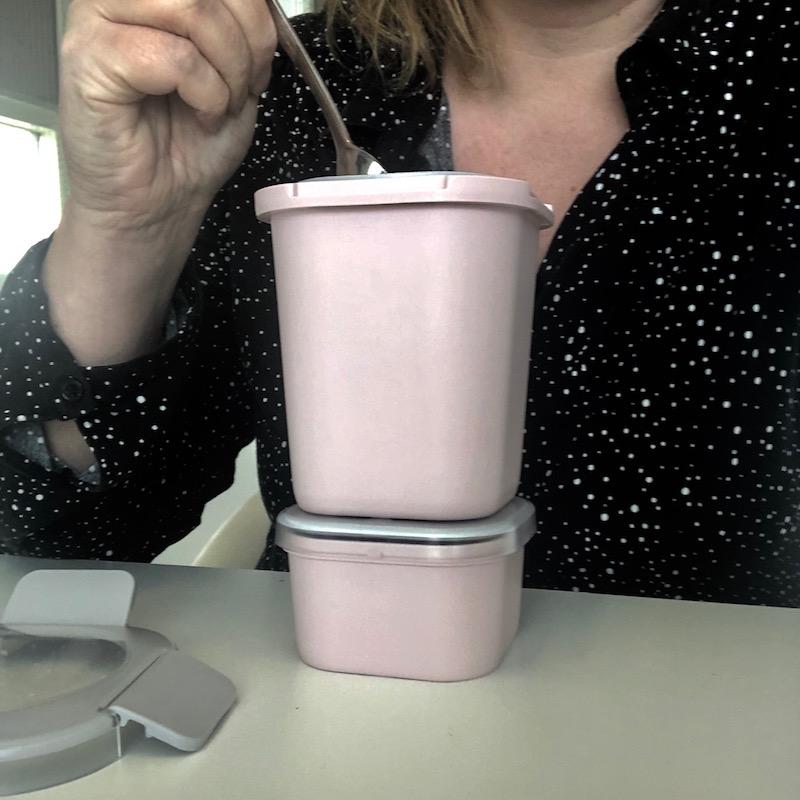 gezond ontbijten op het werk met yoghurt, vers fruit en noten