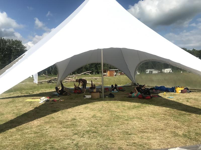 grond oefeningen tijdens het yogaweekend op de lemeler esch camping